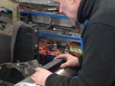 elektryk pracujacy przy maszynie
